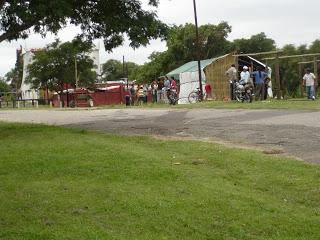 Vecinos trabajando, municipio cercando